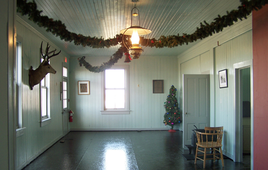 24.jpg - American End - ready for Victorian Prairie Christmas!